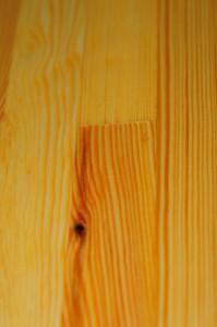 sosnowa deska pokryta olejem